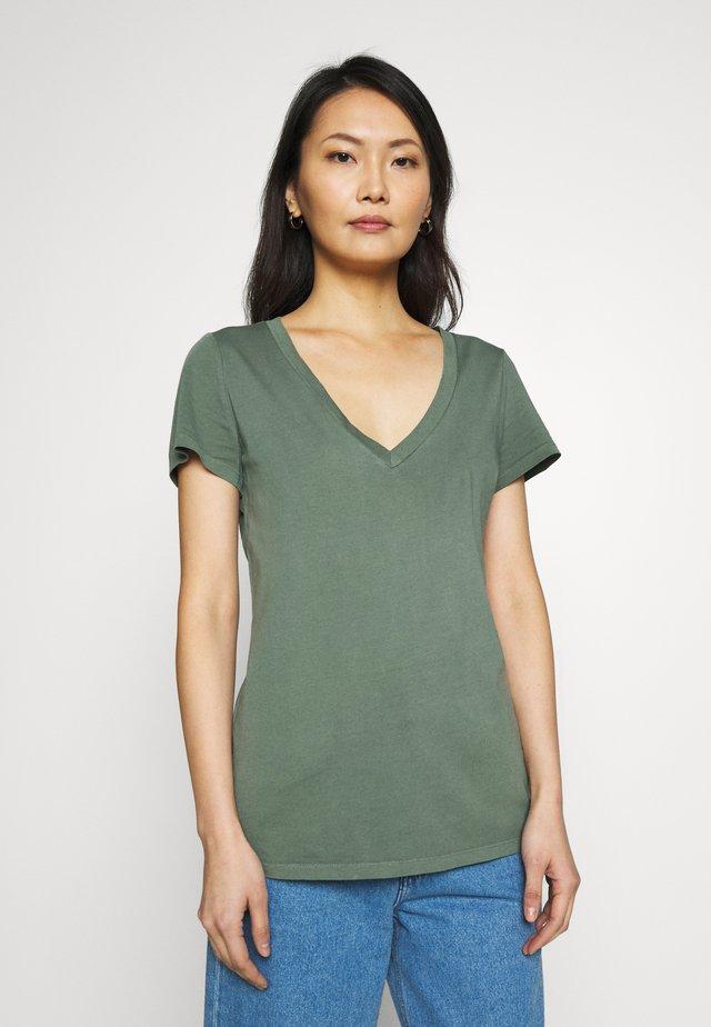 T-shirt med print - pressed olive