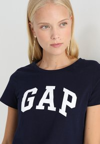 GAP - TEE - Print T-shirt - navy uniform - 4