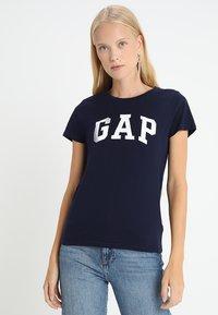 GAP - TEE - Print T-shirt - navy uniform - 0