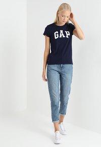 GAP - TEE - Print T-shirt - navy uniform - 1