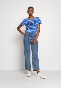 GAP - EASY SCOOP - T-shirt z nadrukiem - blue/pink - 1