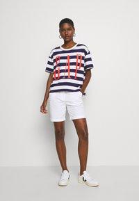 GAP - BOXY TEE - T-shirt z nadrukiem - navy - 1