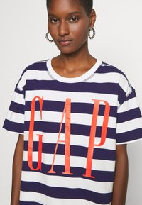 GAP - BOXY TEE - T-shirt z nadrukiem - navy - 4
