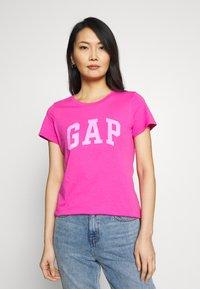GAP - TEE - T-shirt z nadrukiem - standout pink - 0