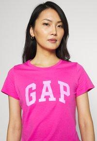 GAP - TEE - T-shirt z nadrukiem - standout pink - 4