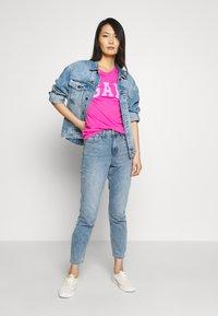 GAP - TEE - T-shirt z nadrukiem - standout pink - 1