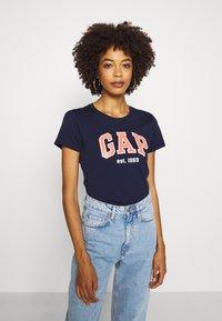 GAP - OUTLINE TEE - T-shirts med print - navy uniform - 3