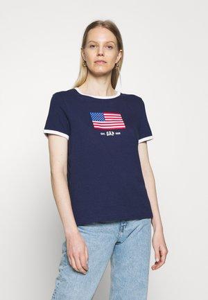 AMERICANA TEE - T-shirts med print - new navy