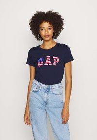 GAP - FLAG TEE - T-shirts med print - navy uniform - 0