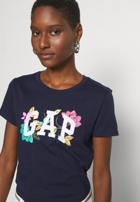 GAP - FRANCHISE FLORAL TEE - T-shirts med print - navy uniform - 3