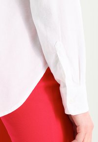 GAP - FITTED BOYFRIEND  - Button-down blouse - optic white - 5