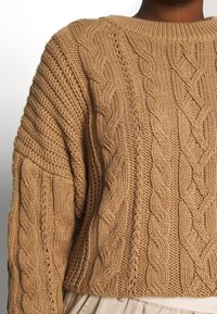 GAP - SLOUCHY CABLE CREW - Jersey de punto - classic camel - 4