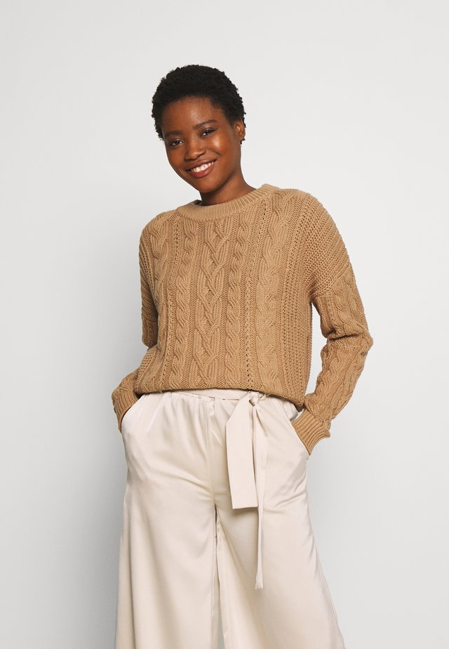 SLOUCHY CABLE CREW - Sweter - classic camel