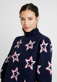 GAP - PUFF STAR NECK - Sweter - navy/multi - 4