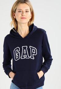 GAP - Bluza z kapturem - navy uniform - 0