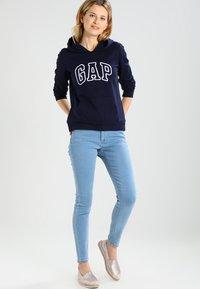 GAP - Bluza z kapturem - navy uniform - 1
