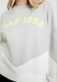 GAP - LOGO CROP - Bluza - grey heather