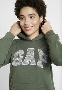 GAP - NOVELTY FILL - Bluza z kapturem - cool olive - 3