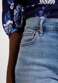 GAP - CHEEKY BLEECKER SHADOW - Jeans Straight Leg - light-blue denim - 4