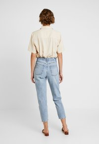 GAP - MOM JEAN WORN - Relaxed fit jeans - light indigo - 2