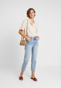 GAP - MOM JEAN WORN - Relaxed fit jeans - light indigo - 1