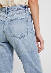GAP - MOM JEAN WORN - Relaxed fit jeans - light indigo - 5