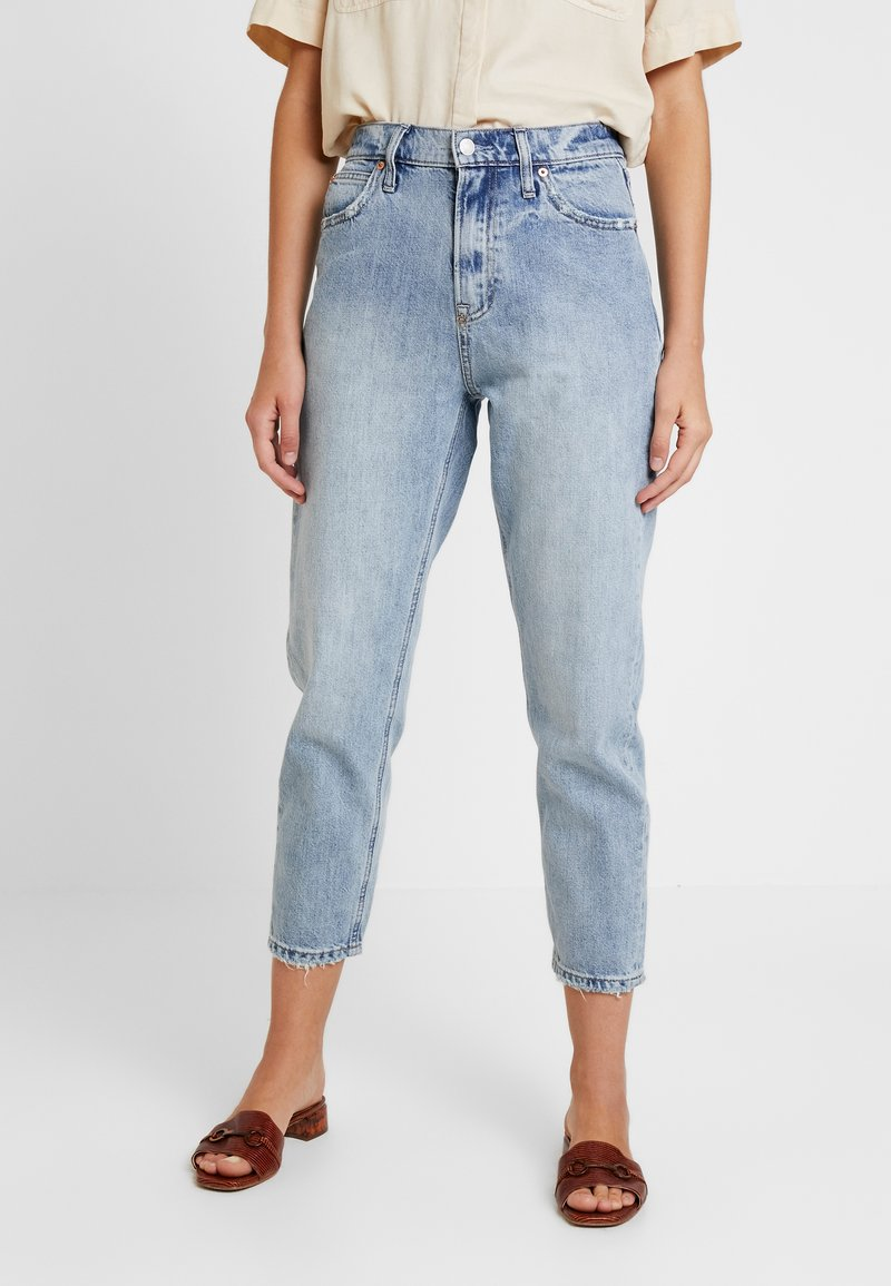 GAP - MOM JEAN WORN - Relaxed fit jeans - light indigo