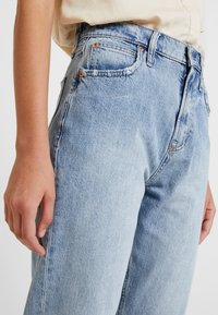 GAP - MOM JEAN WORN - Relaxed fit jeans - light indigo - 3