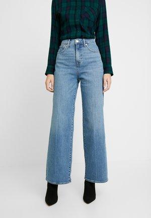 WIDE LEG SHORE - Flared jeans - medium indigo