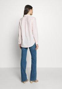 GAP - DUERO - Bootcut jeans - medium wash - 2