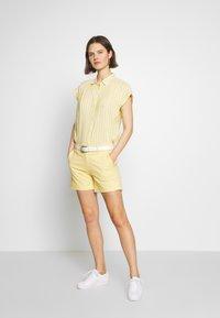 GAP - Shorts - faded yellow - 1