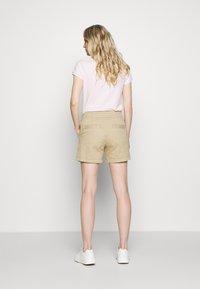 GAP - Shorts - iconic khaki - 2