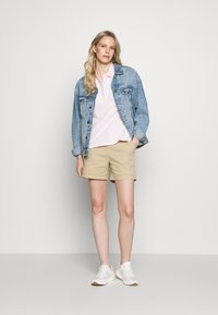 GAP - Shorts - iconic khaki - 1