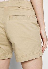 GAP - Shorts - iconic khaki - 3