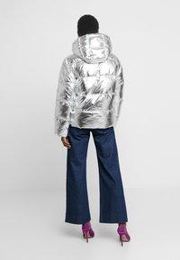 GAP - V-MIDWEIGHT NOVELTY PUFFER - Chaqueta de invierno - silver metallic - 2
