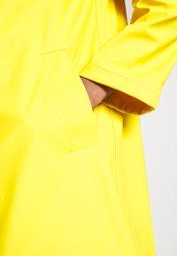 GAP - RECYCLED RAINCOAT - Regenjas - bold yellow - 5