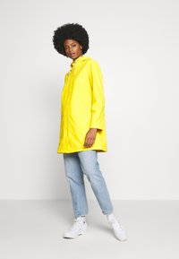 GAP - RECYCLED RAINCOAT - Regenjas - bold yellow - 1