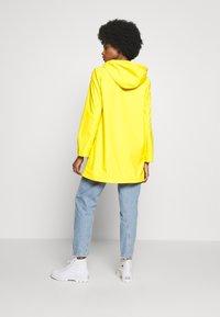 GAP - RECYCLED RAINCOAT - Regenjas - bold yellow - 2