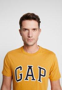 GAP - ARCH TEE - Print T-shirt - desert sunset - 3