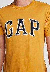 GAP - ARCH TEE - Print T-shirt - desert sunset - 5