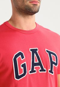 GAP - ARCH TEE - T-shirt print - weathered red - 3