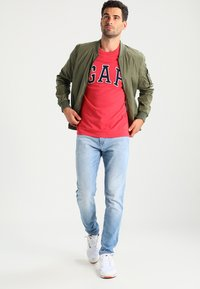GAP - ARCH TEE - T-shirt print - weathered red - 1