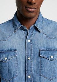 GAP - NEW WESTERN - Košile - medium authentic indigo - 5