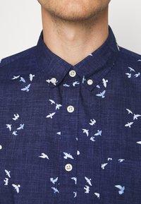 GAP - SLIM FIT - Koszula - blue birds - 4