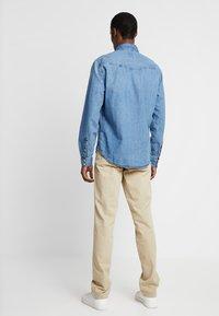 GAP - VINTAGE WASH - Kalhoty - iconic khaki - 2