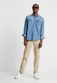 GAP - VINTAGE WASH - Kalhoty - iconic khaki - 1