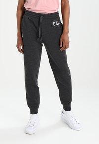 GAP - MODERN LOGO - Teplákové kalhoty - charcoal grey - 0