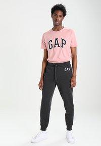 GAP - MODERN LOGO - Teplákové kalhoty - charcoal grey - 1