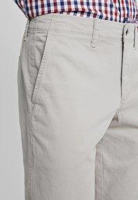 GAP - V-LIVED IN SLIM STRETCH - Chino kalhoty - fog - 5