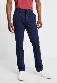 GAP - V-LIVED - Chino kalhoty - tapestry navy - 0